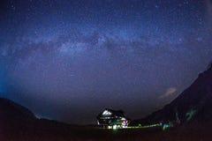 Via Látea e estrelas sobre a cabana Imagens de Stock