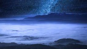 Via Látea impressionante e nuvens de fluxo nas montanhas de Tatra video estoque