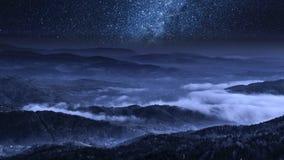 Via Látea impressionante e nuvens de fluxo nas montanhas de Tatra, Polônia filme