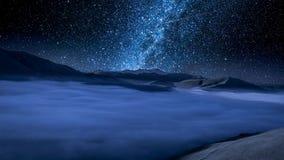 Via Látea impressionante sobre montanhas nevoentas em Castelluccio, Úmbria, Itália vídeos de arquivo