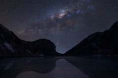 A Via Látea sobre Kawah ijen o lago da cratera Imagem de Stock