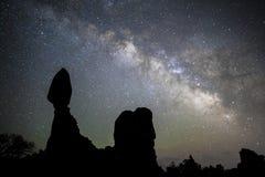Via Lattea alla roccia dell'equilibrio in Moab, UT Immagini Stock