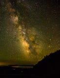 Via Lattea con la montagna in priorità alta Fotografia Stock