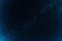 Via Lattea con molte stelle luminose su fondo blu scuro Immagine Stock Libera da Diritti