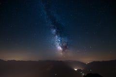 Via Lattea d'ardore e cielo stellato dalle alpi Fotografia Stock