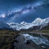 Via Lattea e alte montagne Paesaggio di notte Fotografia Stock