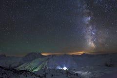 Via Lattea e la luna sopra le montagne Fotografie Stock Libere da Diritti