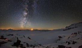 Via Lattea e le montagne della luna Immagine Stock Libera da Diritti
