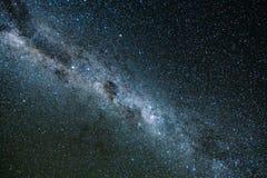 Via Lattea e luce rosa alle montagne Paesaggio variopinto di notte Cielo stellato con le colline ad estate Bello universo spazio fotografie stock