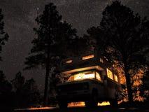 Via Lattea e stelle con Motorhome Fotografia Stock Libera da Diritti