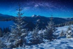 Via Lattea fantastica in un cielo stellato sopra le montagne in un MOO fotografia stock libera da diritti