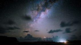 Via Lattea a Moai Ahu Tongariki, isola di pasqua Cile stock footage