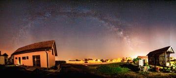 Via Lattea sopra il villaggio Immagini Stock Libere da Diritti
