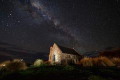 Via Lattea sopra la chiesa di buon pastore, lago Tekapo, nuovo immagine stock