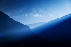 Via Lattea sopra la montagna blu Fotografie Stock Libere da Diritti