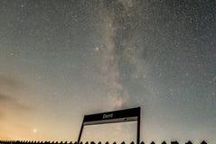 Via Lattea sopra la stazione dell'ammaccatura fotografie stock libere da diritti
