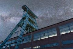 Via Lattea sopra la vecchia torre della miniera in Germania immagini stock libere da diritti