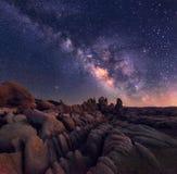 Via Lattea sopra terreno roccioso fotografia stock