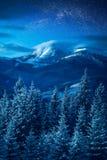Via Lattea in un cielo sopra l'alta montagna Immagini Stock