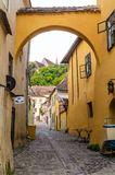 Via medievale da Sighisoara, Romania Fotografia Stock Libera da Diritti