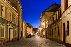 Via medievale di Brasov, vista di notte. La Romania fotografia stock libera da diritti