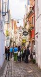 Via medievale di Città Vecchia in pieno della gente a Brema Germania Immagini Stock Libere da Diritti