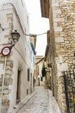 Via medievale nella vecchia città di Sitges, Spagna Immagini Stock