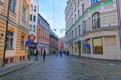 Via medievale in vecchia città di Riga Immagini Stock Libere da Diritti