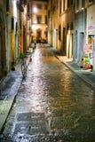Via medioevale a Firenze Italia alla notte immagine stock libera da diritti