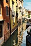 Via navegável estreita do canal com os barcos de casas e a ponte coloridos coloridos, Burano, Veneza, Itália Fotografia de Stock Royalty Free