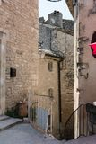 Via nel centro storico di Moustiers Sainte-Marie in pro Fotografia Stock Libera da Diritti