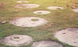 Via nel giardino verde Fotografie Stock Libere da Diritti