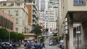 Via nel Monaco, gente occupata che cammina, trasporto che passa vicino, vita di città europea archivi video