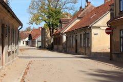 Via nella città di Kuldiga nel Latvia fotografie stock libere da diritti