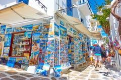 Via nella città di Mykonos con il negozio di ricordo Immagini Stock