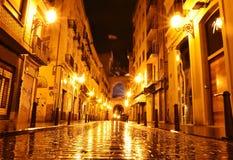 Via nella notte, Valencia, Spagna della città immagini stock