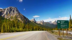 Via pública larga e urbanizada cênico de Icefields da estrada, canadense Montanhas Rochosas Imagem de Stock Royalty Free