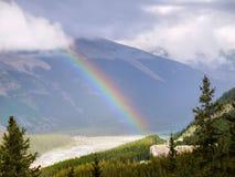 Via pública larga e urbanizada canadense de Icefields do arco-íris das montanhas rochosas Imagem de Stock