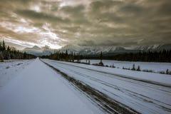 Via pública larga e urbanizada de Icefields em rochoso canadense Fotografia de Stock