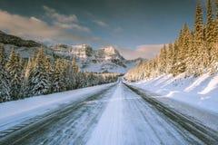 Via pública larga e urbanizada de Icefields em rochoso canadense no inverno Imagens de Stock Royalty Free