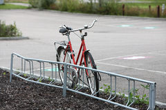 Via parcheggiata bicicletta Fotografie Stock