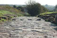Via pavimentata romana antica con il passaggio pedonale Immagine Stock Libera da Diritti