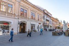 Via pedonale nel centro di Brasov anziano in Romania immagini stock