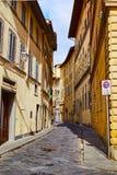 Via pedonale stretta fra le costruzioni di pietra Fotografia Stock Libera da Diritti