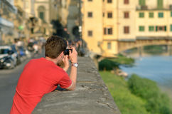 Via photograhy con il turista vicino al Ponte Vecchio Immagini Stock