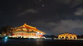 Via principal do teatro nacional Salão e do Liberty Square de Chiang Kai-Shek Memorial Hall na noite em Taipei, Taiwan filme