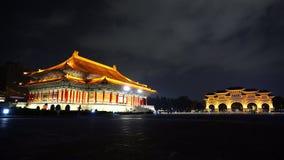 Via principal do teatro nacional Salão e do Liberty Square de Chiang Kai-Shek Memorial Hall na noite em Taipei, Taiwan vídeos de arquivo