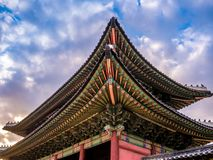A via principal na luz do sol do palácio de Changdeokgung que ilumina o céu azul é uma atração turística famosa em Seoul, Coreia  foto de stock royalty free