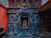 Via principal no templo dourado budista Fotografia de Stock Royalty Free