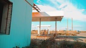 via principale dell'america Itinerario 66 video di movimento lento di rifornimento della strada 66 di crisi Vecchia stazione di s archivi video